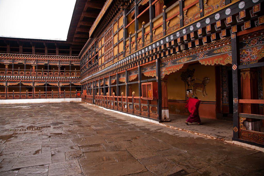 kiedy-jechac-do-bhutanu-pora-deszczowa-mnich-w-klasztorze-wyrusz-w-zcyiowa-podroz-soul-travel