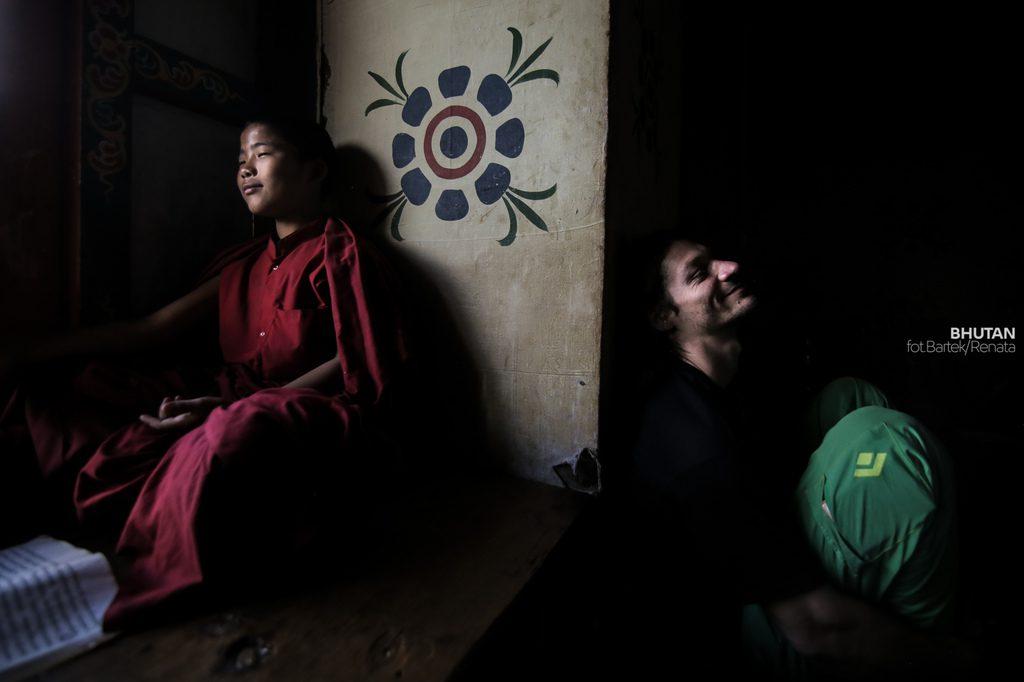 podroz-do-bhutanu-mnich-w-klasztorze-turysta-wyrusz-w-zcyiowa-podroz-soul-travel