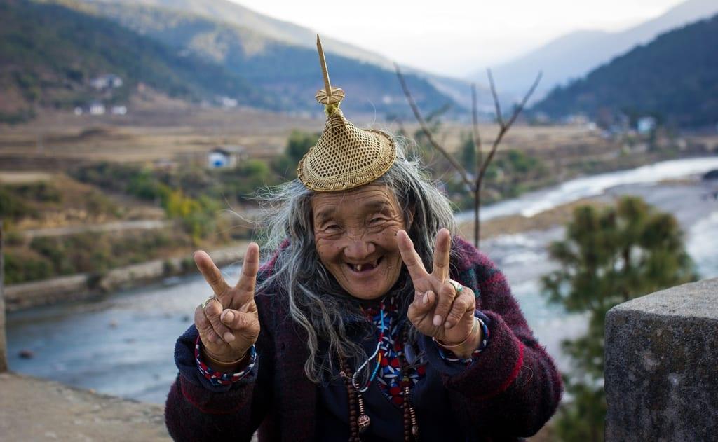 podroz-do-bhutanu-starsza-kobieta-wyrusz-w-zyciowa-podroz-soul-travel