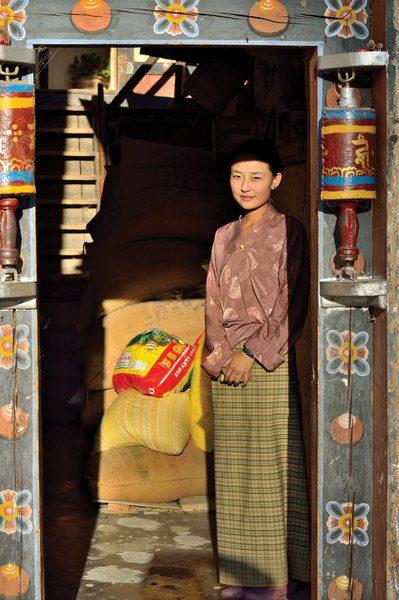 podroz-do-bhutanu-ubior-kobieta-w-spodnicy-wyrusz-w-zyciowa-podroz-soul-travel
