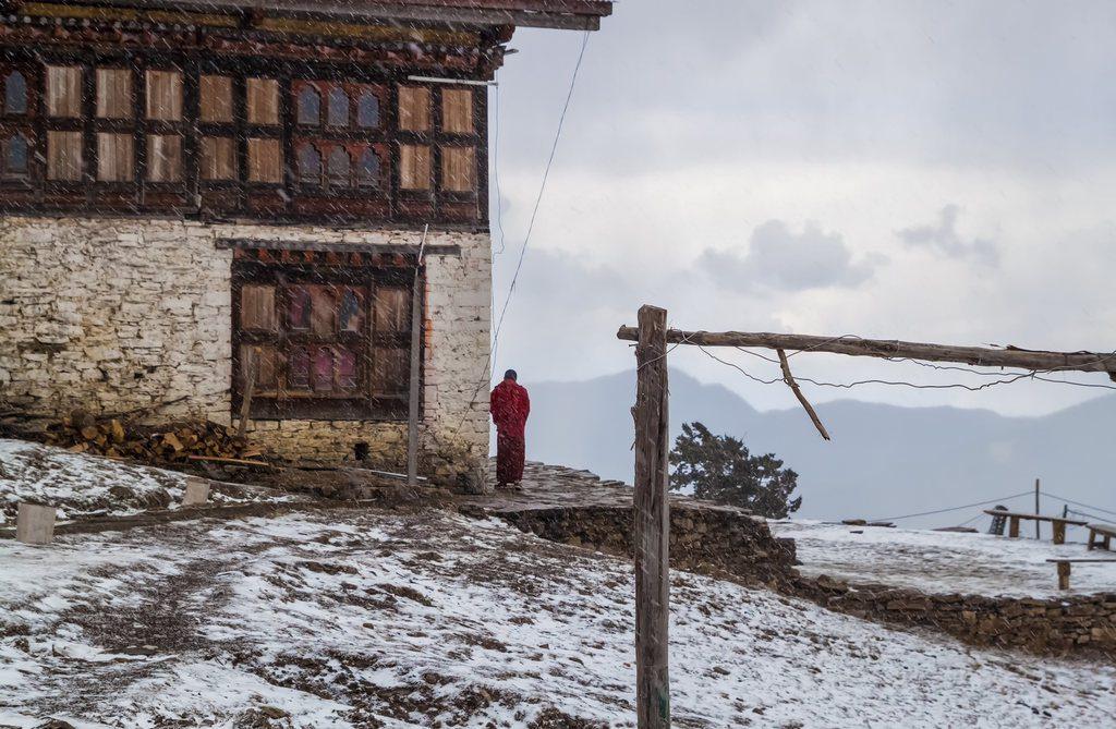 podroz-do-bhutanu-zima-mnich-przed-swiatynia-wyrusz-w-zyciowa-podroz-soul-travel