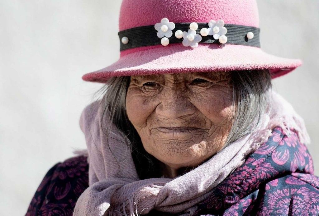 szanuj-lokalna-kulture-i-zwyczaje-usmiechnieta-staruszka-wyrusz-w-zyciowa-podroz-soul-travel