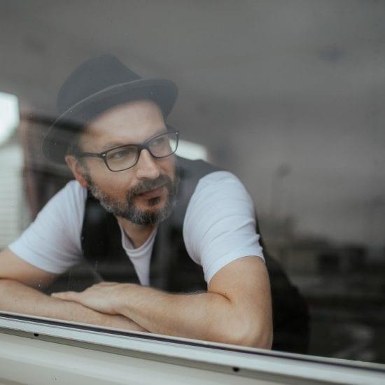"""Marcin Bublewicz od 20 lat realizuje się jako fotograf. Jest autorem projektu fotograficznego """"Festiwal Słońca"""" o dzieciach z niepełnosprawnością intelektualną. Z wykształcenia kurator sądowy, z zamiłowania podróżnik."""