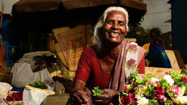 lokalne-zakupy-w-podrozy-kobieta-bazar-indie-wyrusz-w-zyciowa-podroz-soul-travel