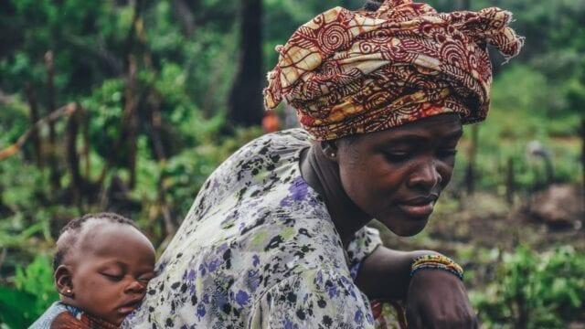 dzien-matki-na-swiecie-kobieta-z-dzieckiem-w-chuscie-sierra-leone-wyrusz-w-zyciowa-podroz-soul-travel