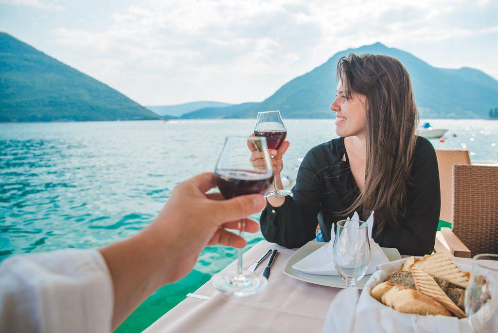 czarnogora-ceny-para-w-restauracji-pije-wino-wyrusz-w-zyciowa-podroz-soul-travel